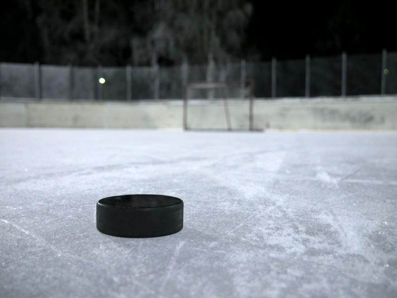 Ice_hockey_puck_on_ice_20180112